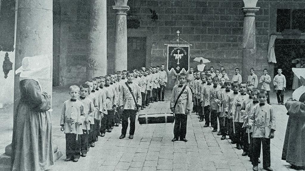 1024x576_0022_1905 1910 Casa de la Caritat - Nens sortint enterrament