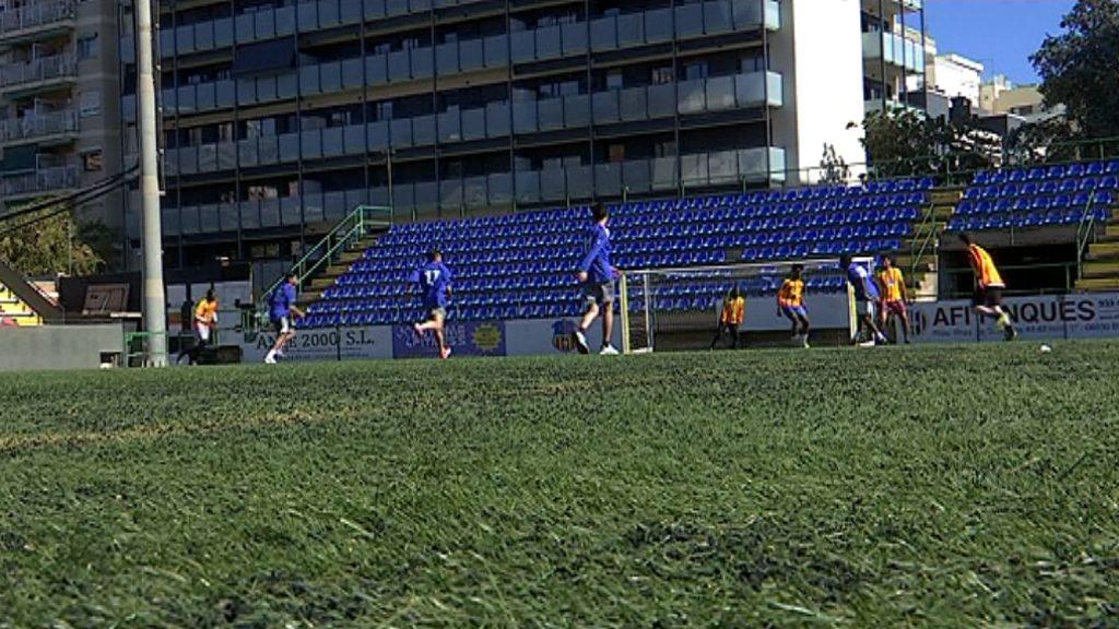 Refugiats de Barcelona juguen a futbol al Narcís Sala