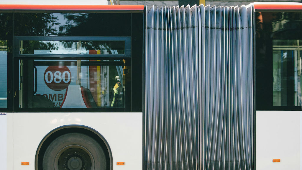 Imatg d'arxiu d'un autobús articulat de TMB