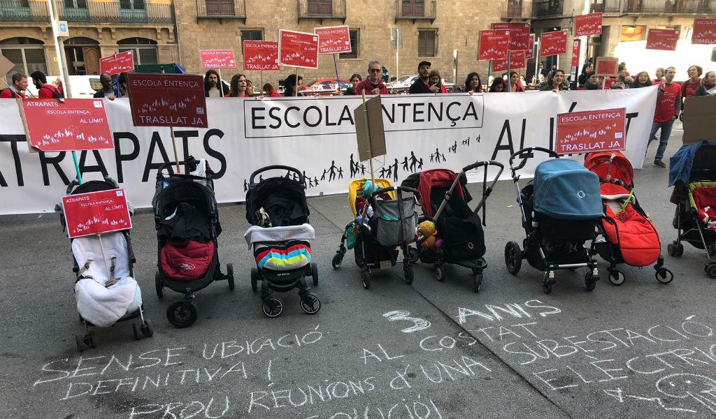 escola entença protesta a les portes de l'ajuntament