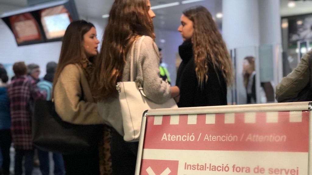 Usuaris esperen a l'accès dels FGC a l'estació de Plaça catalunya
