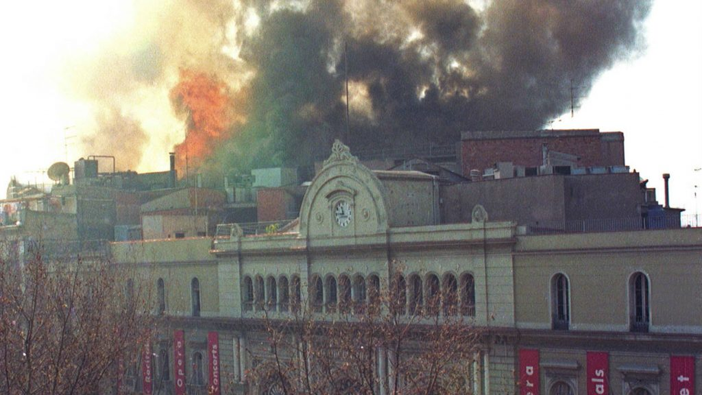 El Liceu cremant. Fotografia d'Antoni Bofill