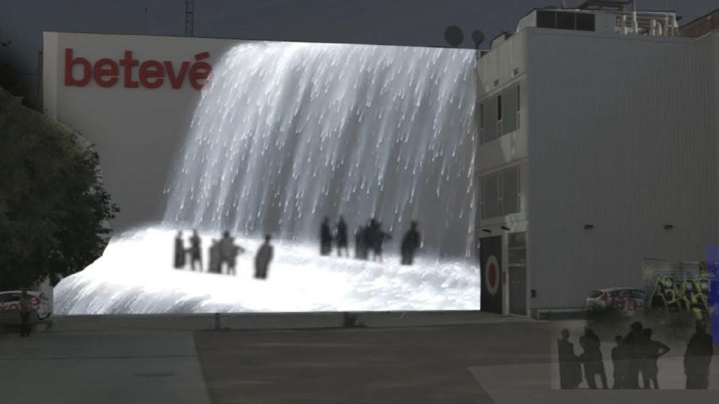 Cascada d'aigua virtual sobre la façana de betevé creada pel festival Llum BCN