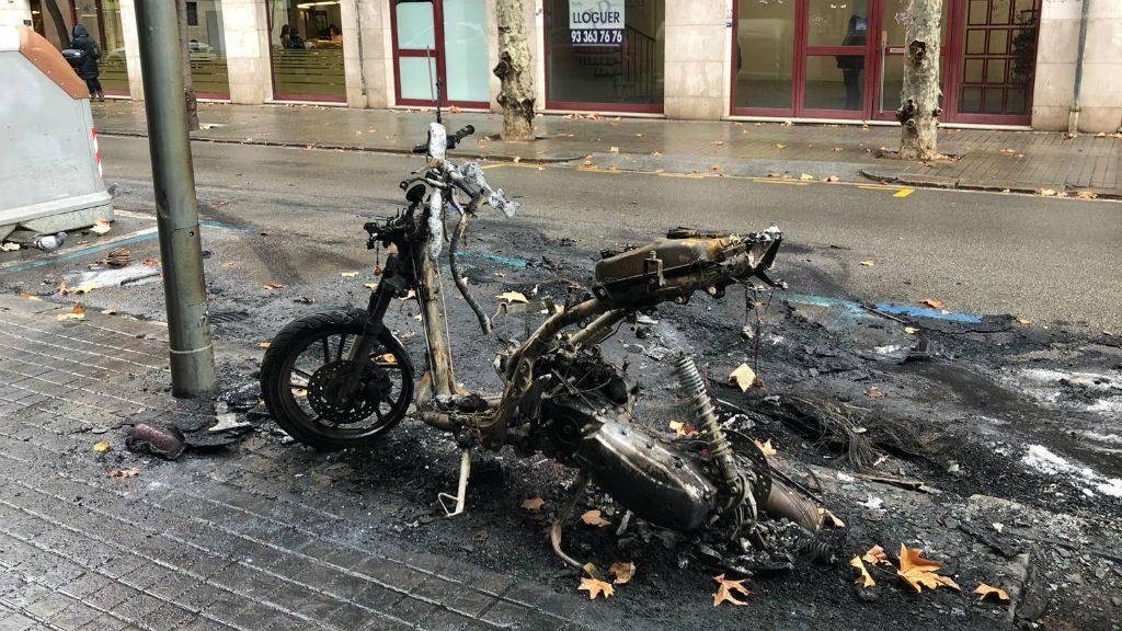 Moto cremada piròman Sant Andreu