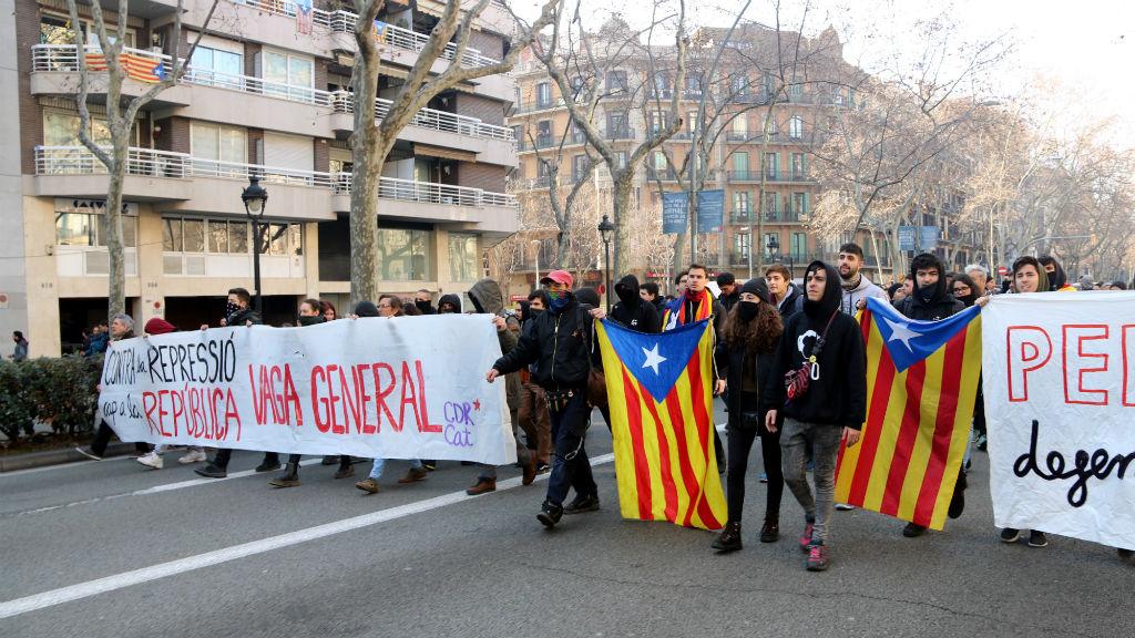 Un grup de manifestants tallen la Gran Via durant la vaga general del 21 de febrer