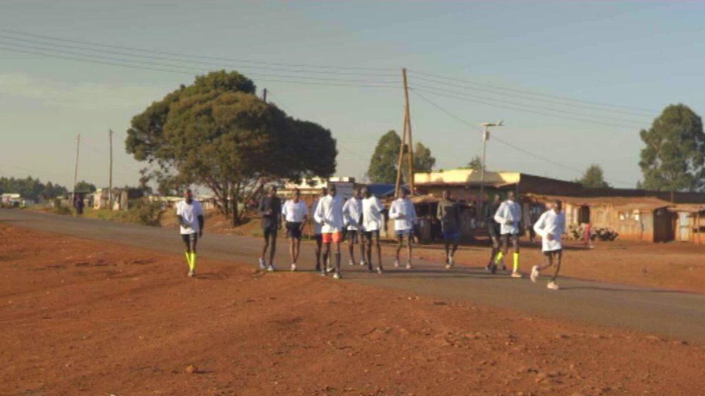Entrenament d'atletes d'elit a Kènia prèvia marató Barcelona