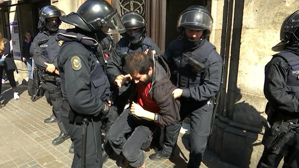 Mossos desallotjant un dels activistes