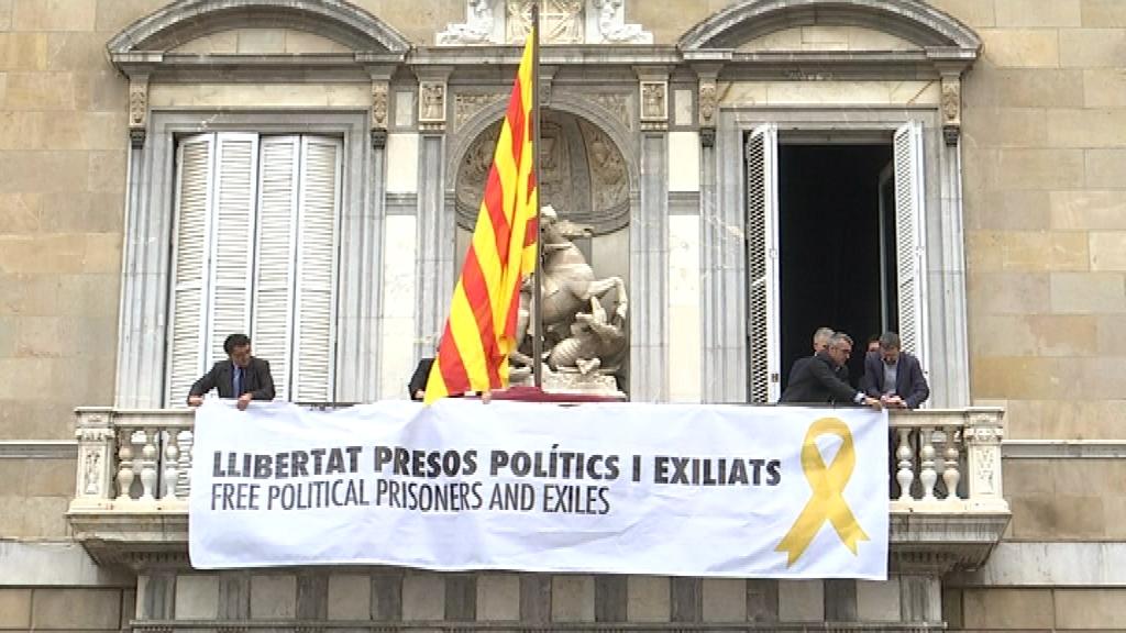 Pancarta amb llaç groc a la Generalitat