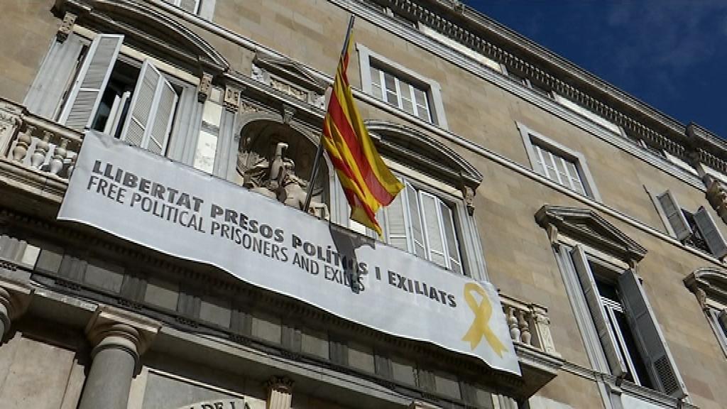 Pancarta amb el llaç groc a la façana de la Generalitat