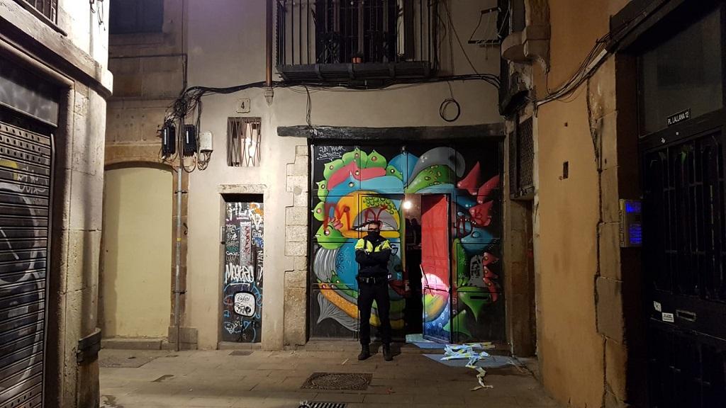 Un membre de la Guàrdia Urbana custodia l'accés a Boquer, 4