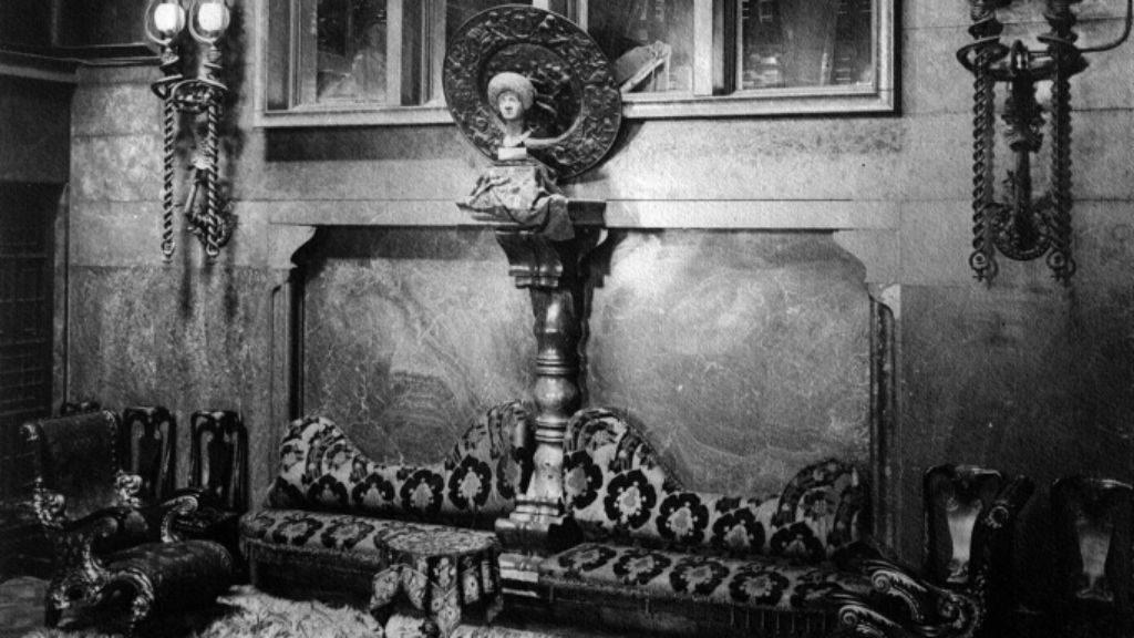 Cap de bronze de la Dama Flàvia al saló principal del Palau Güell de Barcelona Foto Mas (Arxiu MAS, IAAH)