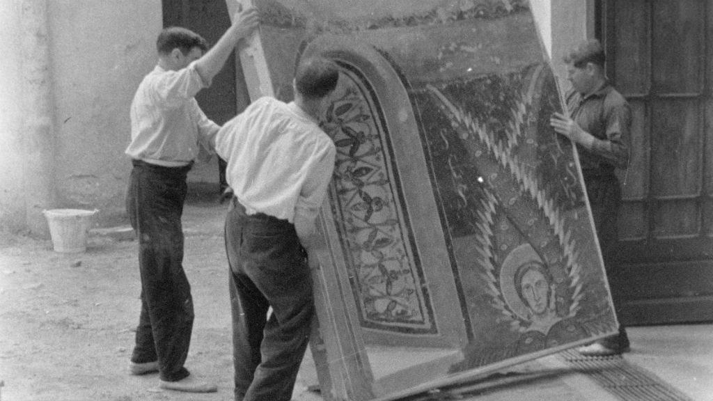 Descàrrega d'obres d'art a Can Descals de Darnius. (IEC. Fons Joan Subias Galter)