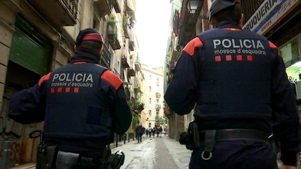Mossos d'Esquadra patrulla carrer