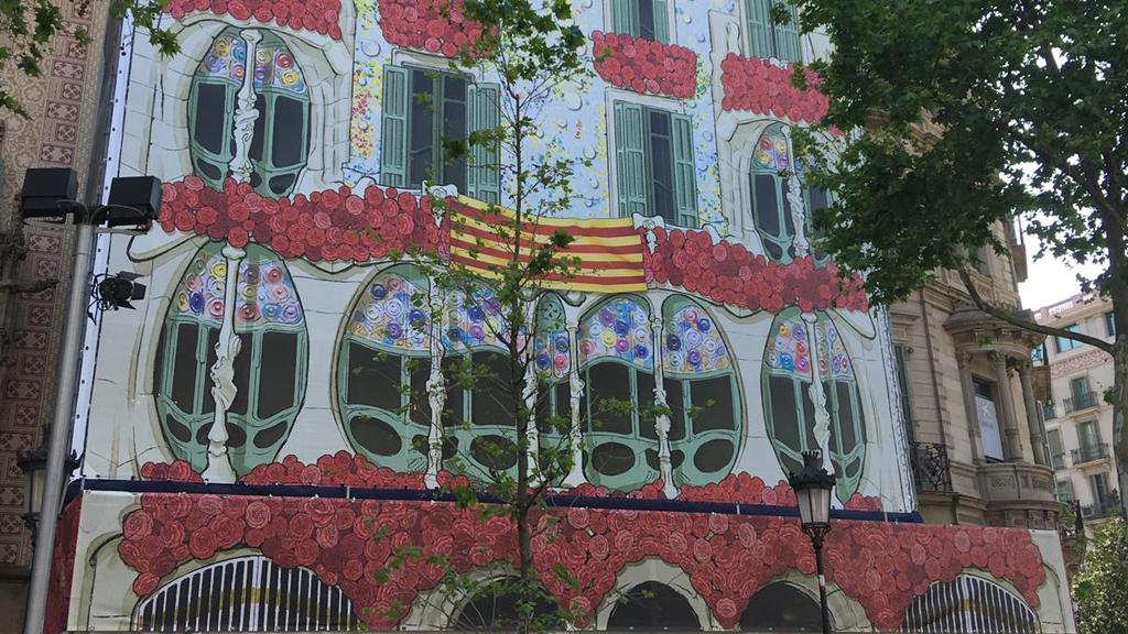 Roses a la façana de la Casa Batlló