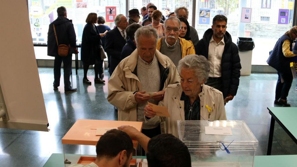 Cua per votar a l'Escola Oficial d'Idiomes de Sant Gervasi