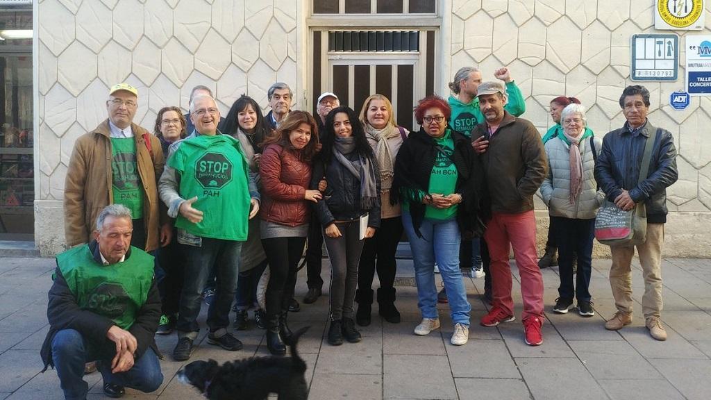Membres de la PAH davant la porta de l'edifici