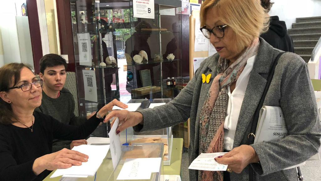 Dona votant a l'IES Jaume Balmes