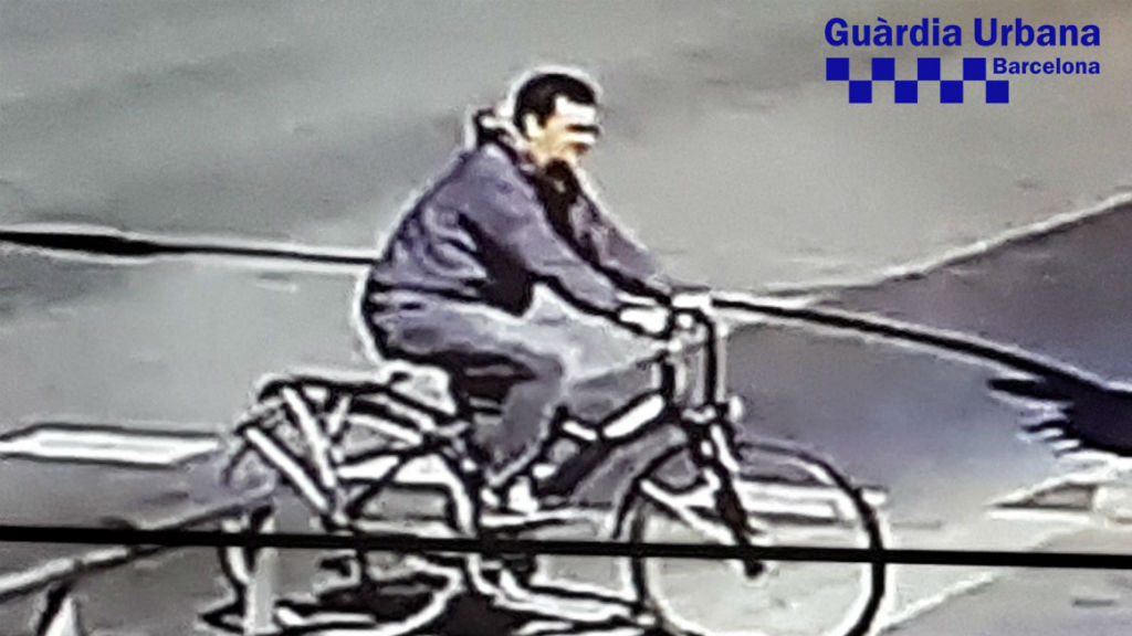 Una de les dues noves fotos que la Guàrdia Urbana ha difós per localitzar al ciclista fugit