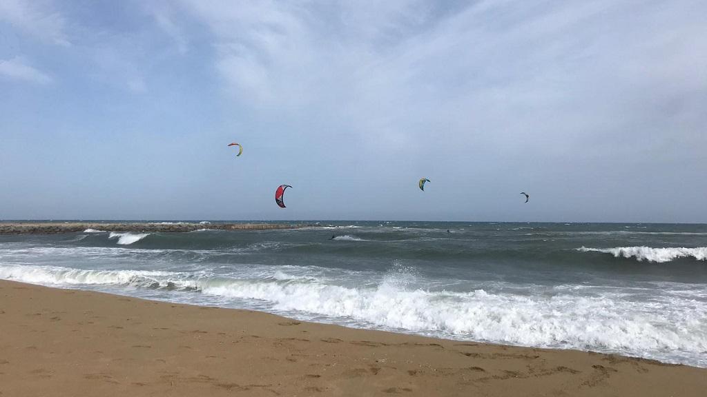 Kitesurf a la platja de barcelona