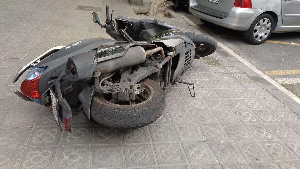 Una moto caiguda al carrer pels cops de vent