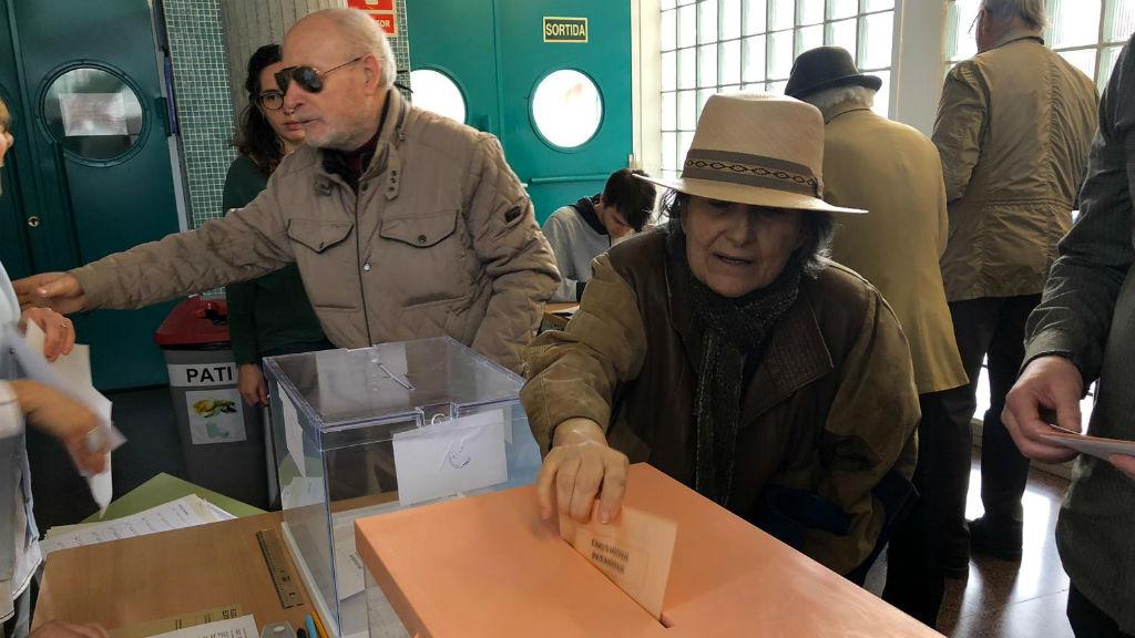 Gent votant Escola Ítaca
