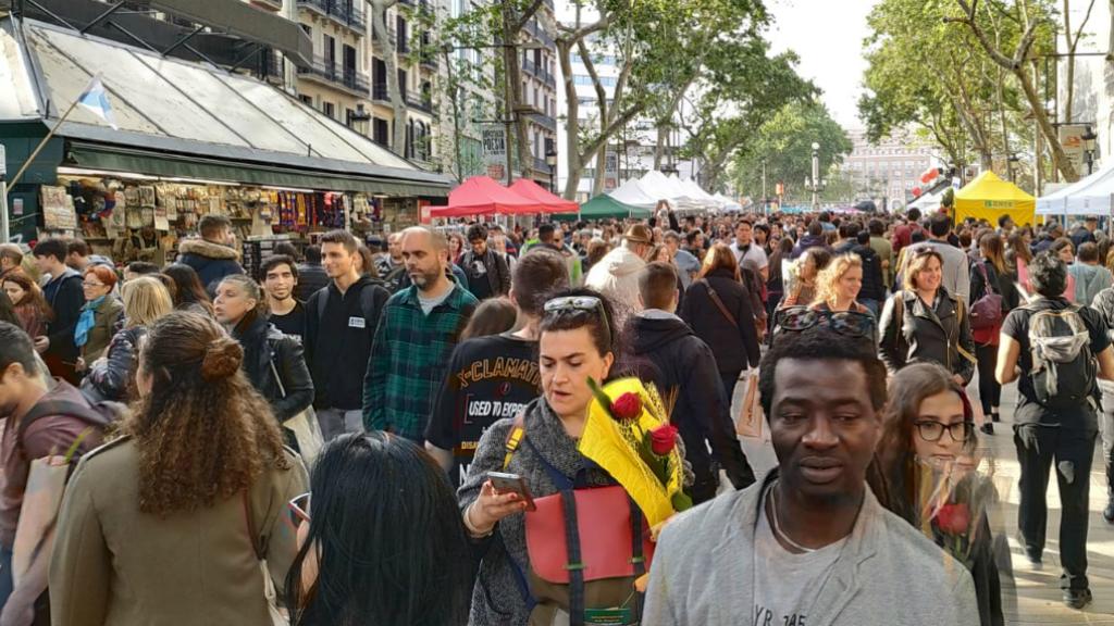 Passejants a la Rambla per Sant Jordi
