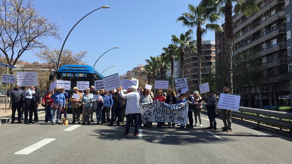 Protesta veïnal contra el bus llançadora que uneix la plaça d'Alfons X i el Parc Güell