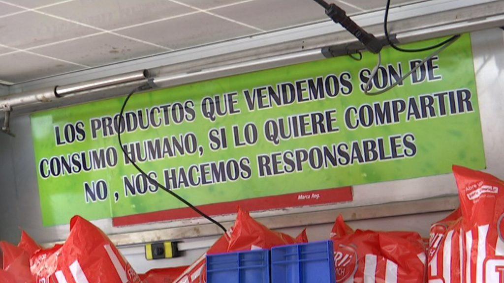 Un cartell d'advertència als turistes en una parada de la plaça de Catalunya