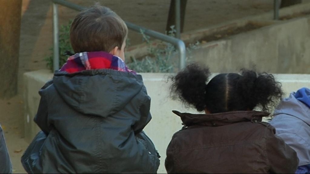 menors nens d'esquenes no identificables