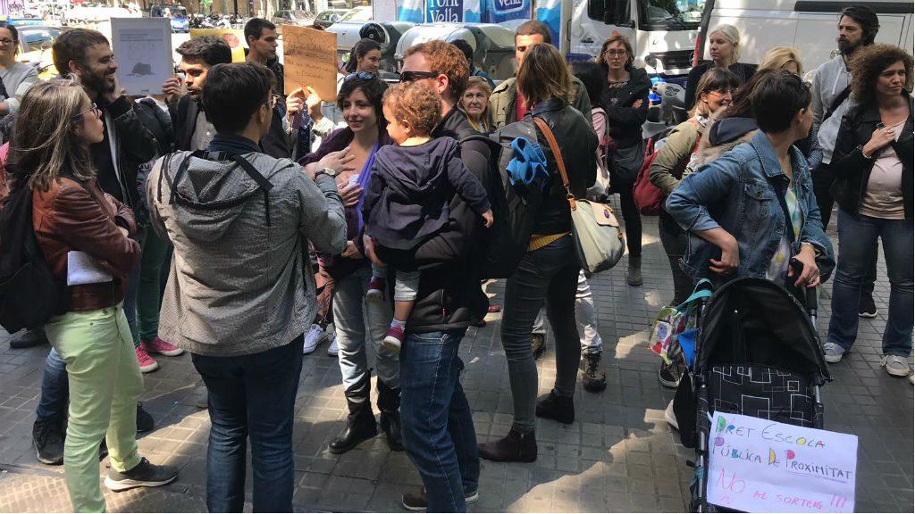 Concentració de famílies afectades per la manca de places de P3 davant del Consorci d'Educació de Barcelona