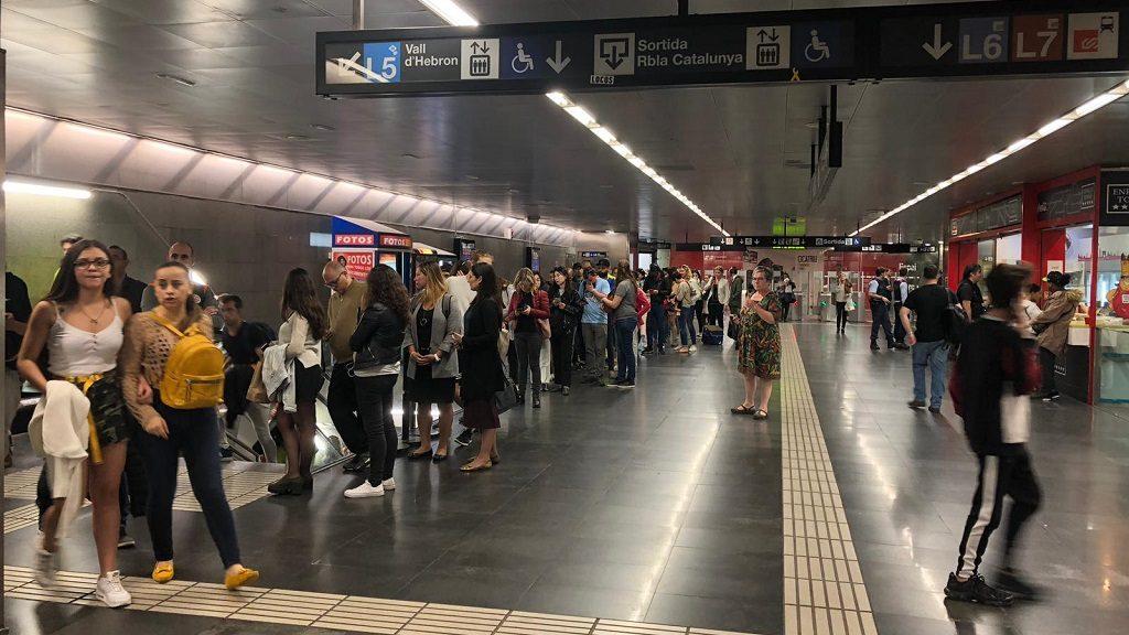 Cues d'usuaris del metro a la parada Diagonal per accedir als trens a les 17 h