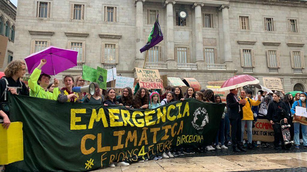 La manifestació de Fridays for Future arriba fins a la plaça de Sant Jaume
