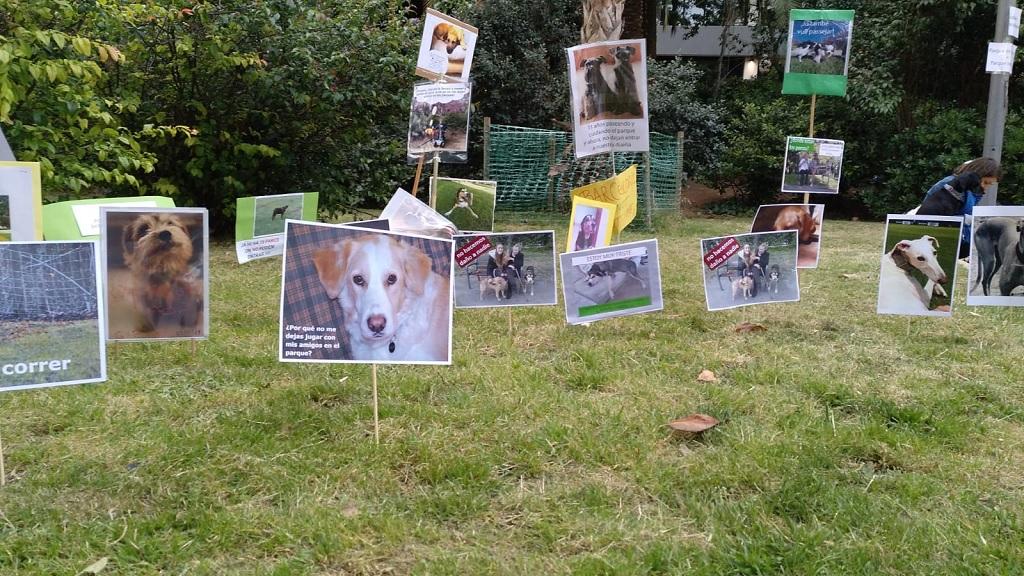 Plantada de cartells al Turó Parc