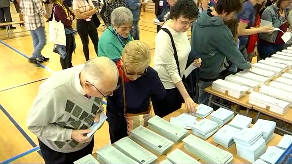 Gent votant a l'Institut Joan Fuster el 26-M