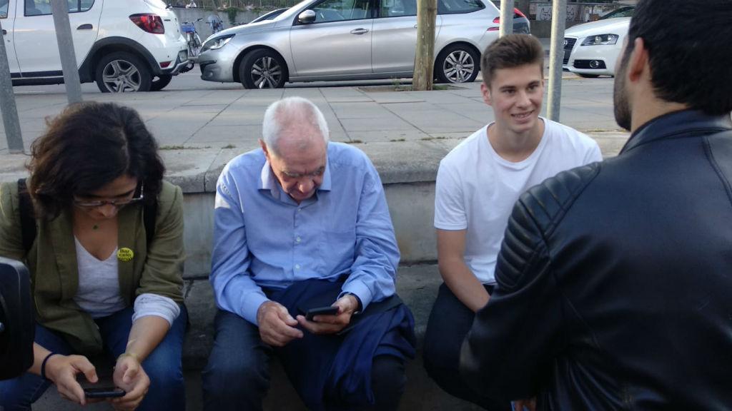 Ernest Maragall mirant el mòbil