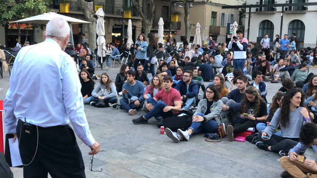 Ernest Maragall amb joves plaça Sol