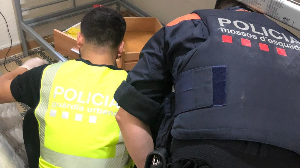 Agents dels Mossos d'Esquadra i la Guàrdia Urbana registre un punt de venda de drogues al Raval