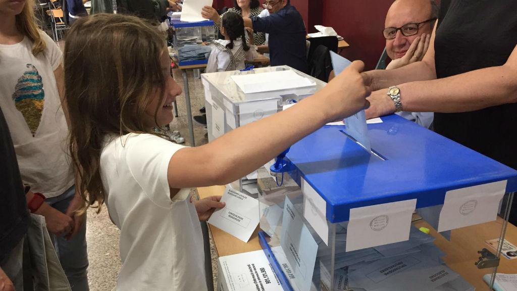 Nena introduint un vot a l'urna el 26-M