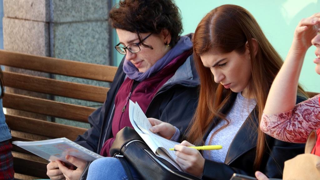Dues dones repassen apunts durant les oposicions d'infermeria
