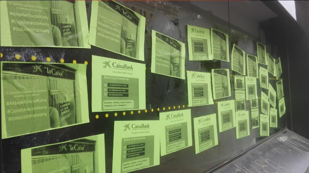 La PAH empapera una oficina de CaixaBank