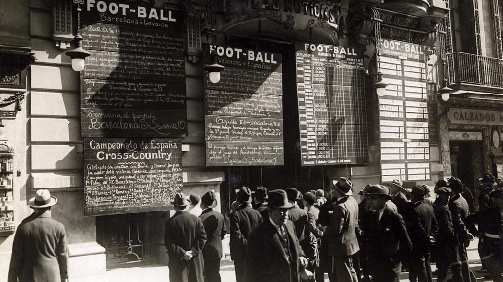Pissarres amb els resultats de futbol a la façana de l'antiga seu del rotatori Las Noticias, a la Rambla