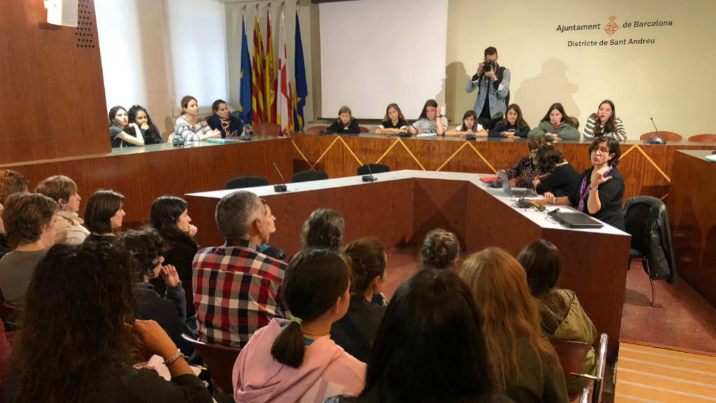 reunio-families-afectades-baixa-oferta-publica-instituts-sant-andreu