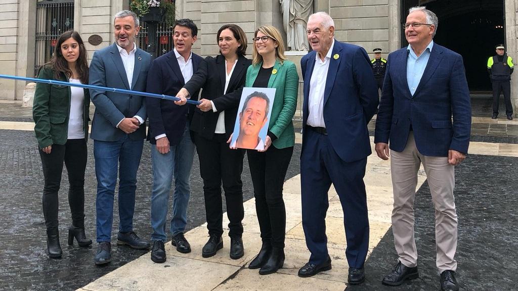 Els alcaldables es fan una foto amb un pal de selfie davant de l'Ajuntament
