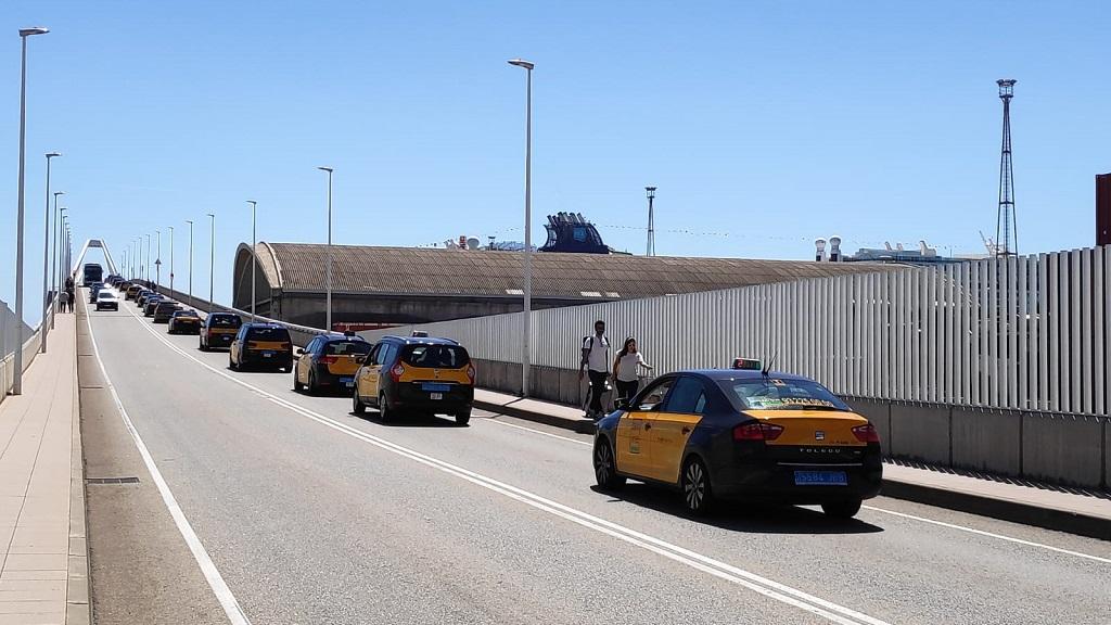 Cues de taxis a l'entrada del Port de Barcelona