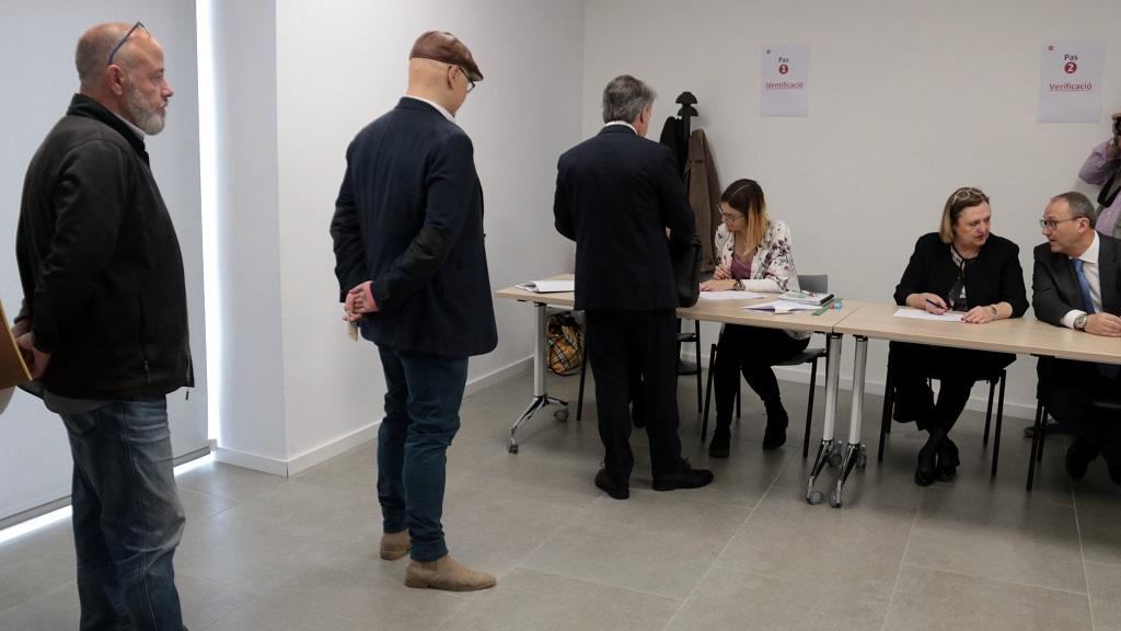 Empresaris votant presencialment a la Cambra de Comerç