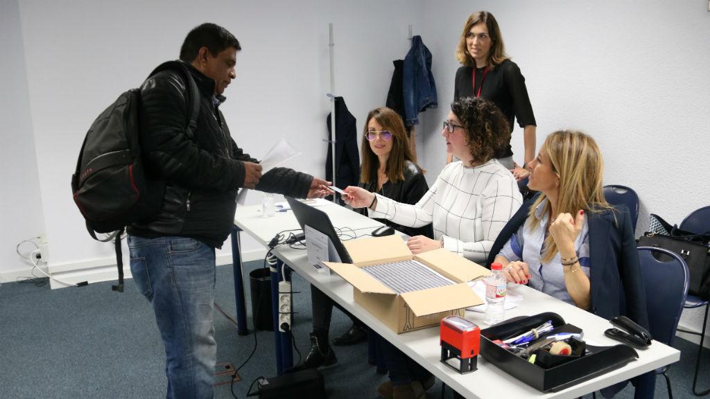 Un empresari vota a la Cambra de Comerç de Barcelona
