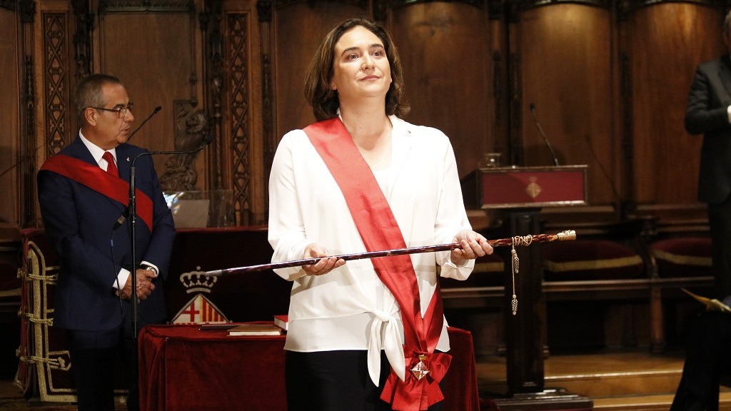 Ada Colau amb la vara d'alcaldessa