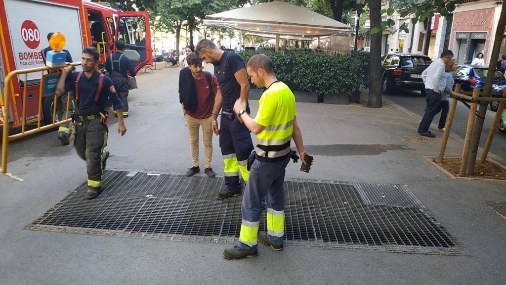 Els bombers treballen en l'extinció d'un incendi a un pou de ventilació del metro