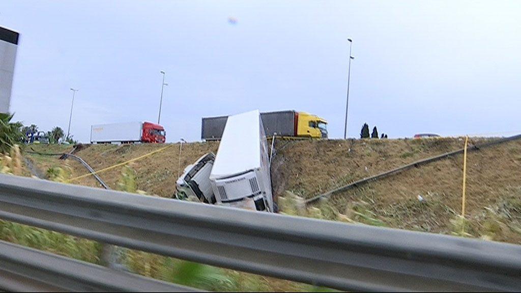 Camió bolcat a la Zona Franca