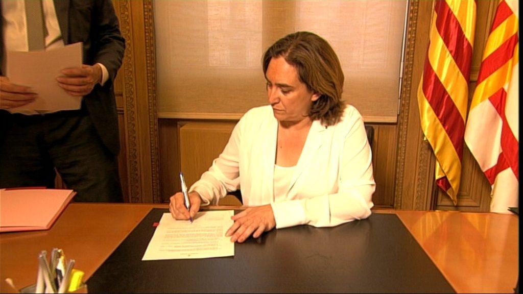 Ada Colau signa els primers decrets
